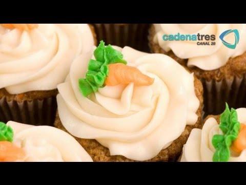 Receta para preparar cupcakes de zanahoria con betún de crema a la naranja. Receta de cupcakes