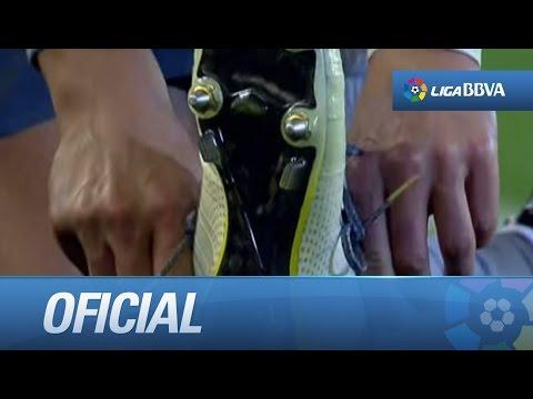 Cristiano Ronaldo cambiándose las botas durante el partido