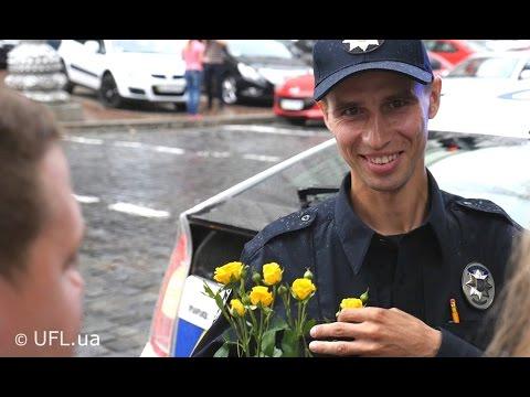 Полиция Киева. Флешмоб - киевляне дарили цветы полицейским Киева