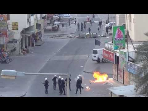 Revolution Bahrain : Angry demonstrations and violent clashes in front of a police station in Sitra