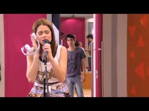 Violetta canta y recuerda a Tomás y León (Podemos)