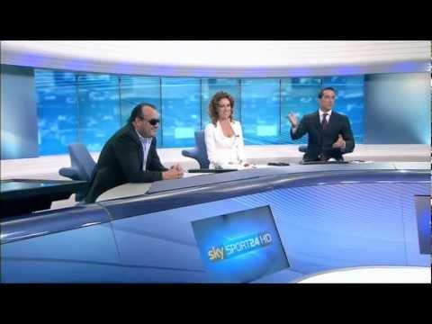 Luca Franchini consegna la maglia dell'AS Varese 1910 ai conduttori di Sky Sport 24 – 22.05.2012