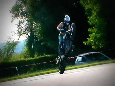 Motorrad wheelies and stoppies