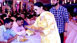 Kajol Serving Food To Strangers During Durga Pooja 2016