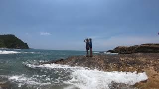 2 mẫu đứng chụp ảnh trên bãi đá đảo cô tô