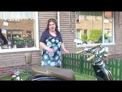 Zanger Rinus Met Romana op de scooter