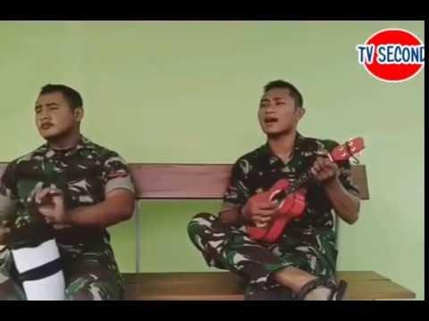 KOCAK! Anggota TNI Menyanyikan lagu sambil bermain Gitar Ukulele