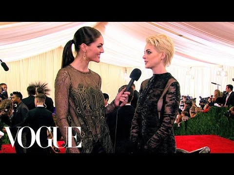 Valentino Digs in the Archives For Anne Hathaway's Dress - Vogue - Met Gala thumbnail