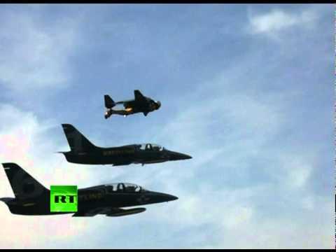 בן אדם מול מטוס קרב