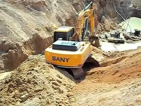 Sany SY215C no garimpo.webm