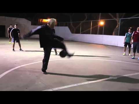 Anciano jugador de fútbol freestyle humilla oponentes - Futbol Soccer - 2014