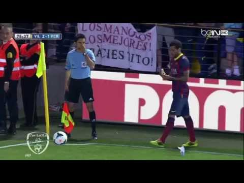 A Villarreal fan threw a banana at Dani Alves and he ate it before corner kick 27/4/2014 HD