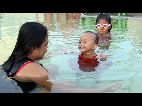 Bayi Lucu Bermain di Kolam Renang Anak - Kids Playing in the Pool