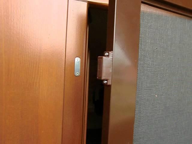 Антимоскитная сетка на балконную или входную дверь.