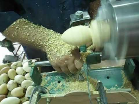 torneando ovos de madeira.