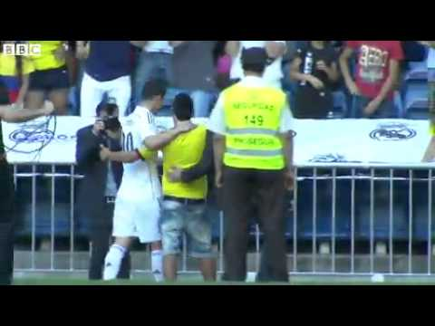 James Rodriguez hugs 2 Fans who Invades pitch in Real Madrid Stadium