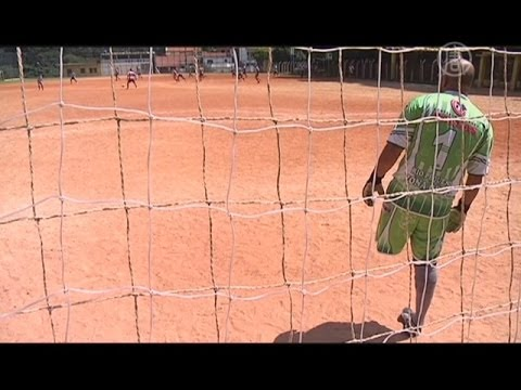 Одноногий вратарь из Бразилии играет в футбол (новости)