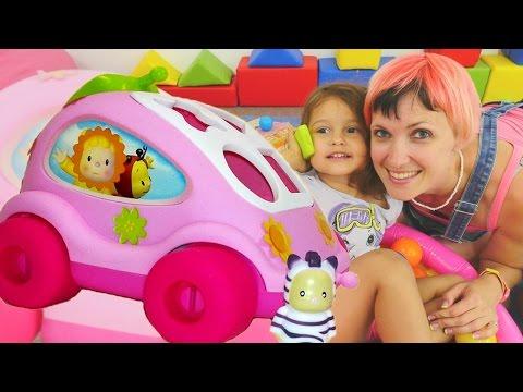 Видео для детей. Маша и Селин собирают машинку - сортер