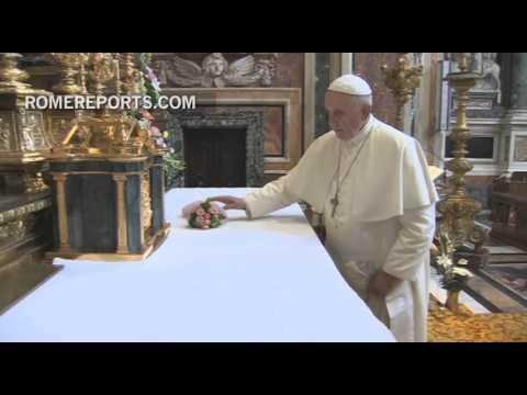 Francisco reza en Santa María la Mayor al volver de Corea del Sur