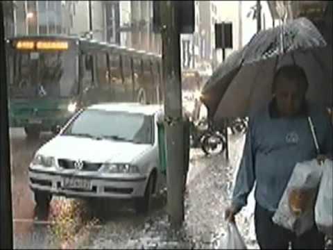 Chuvas trazem transtornos na manhã desta quarta-feira