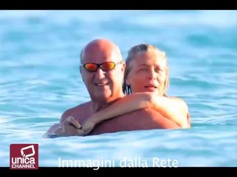 Mara Venier va fuori di seno in spiaggia a Gallipoli