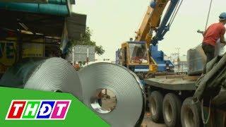 4 cuộn tôn nặng 50 tấn rơi xuống đường lao vào nhà dân | THDT