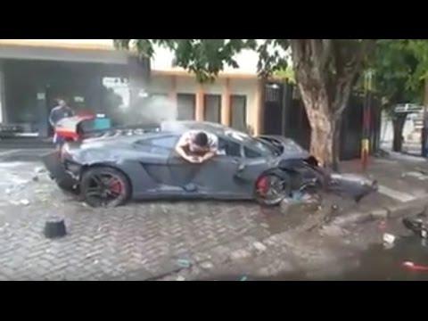 Chocó su Lamborghini a tres personas, mató a una y aún así no dejó su celular