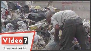 بالفيديو.. مواطن وابنه يبحثان عن «الفضلات» بأكوام القمامة مع اقتراب العيد بإمبابة