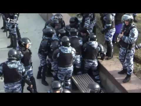 Полицейские избивают задержанного на акции Он нам не Димон