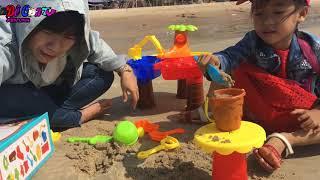 Bé Yến Linh Chơi Xúc Cát Ở Bãi Biển | Dê Con TV