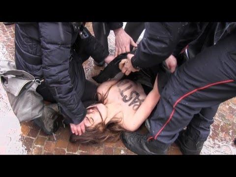 Berlusconi contestato da attiviste Femen a seno nudo (seggio a Milano)