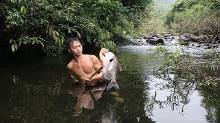 Primitive Technology - Finding Fish in water - Cooking eating delicious