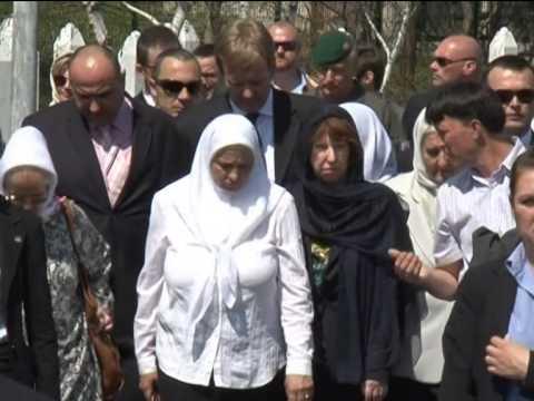 EU-Außenbeauftragte Catherine Ashton besucht Srebrenica und Potocari