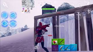 Fortnite, iPhone SE claw player???