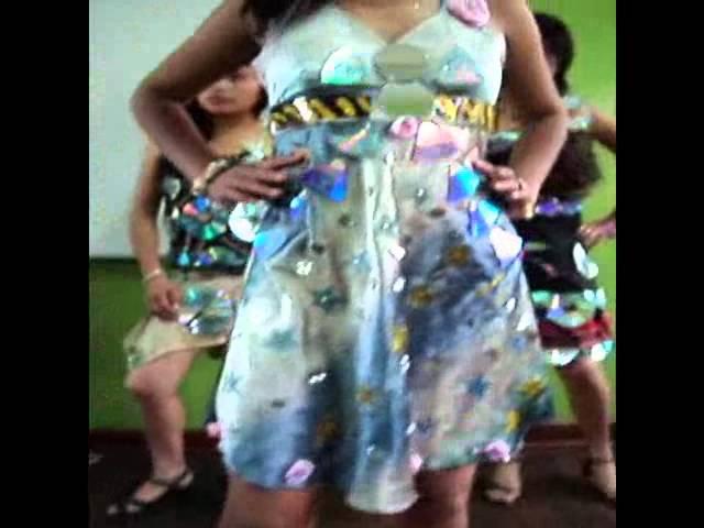 Vestidos con Materiales Reciclados 2da Parte - 5to Serenidad.wmv