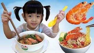 Bé Tập Nấu Ăn – AnAn Làm Món Mì Tôm Thịt Bò Xào ❤ AnAn ToysReview TV ❤