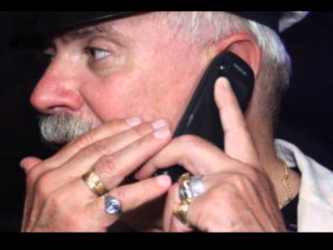 Талыш разговаривает по телефону
