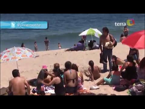 hombre con traje de baño revelador en la playa