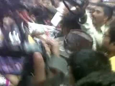 Amisha Patel Mobbed.... Slaps The Groper ! video