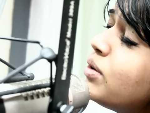 Shalmali Kholgade singing Phulale Kshan Majhe!