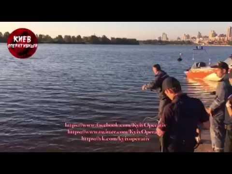 Оболонская набережная, водолазы достают с дна труп молодого парня. Видео 21+