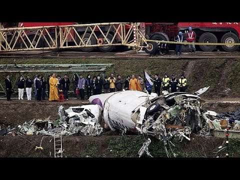 """فيديو جديد يظهر سقوط طائرة """" ترانس آسيا """" في نهر كيلونغ بتايوان"""
