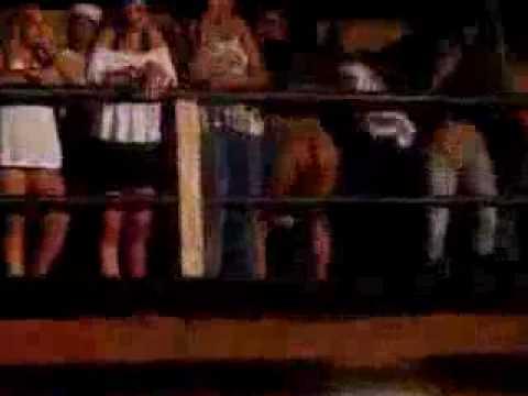 mulher safada levantando a saia no meio da festa.flv
