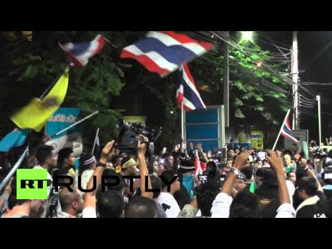 Thailand: Protesters sabotage police vehicles in gas station