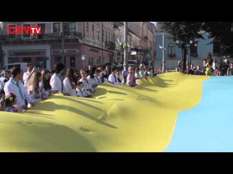 Чернівецька молодь розгорнула великий стяг в День Прапора