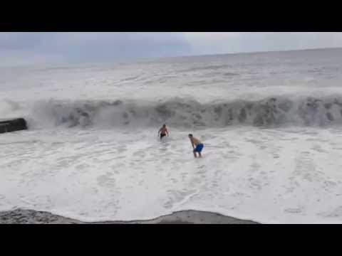 Нам шторм не страшен!! Мы купаемся!! Шторм в Абхазии (Видео Турист)