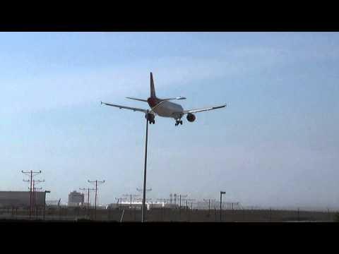 Virgin America Airbus A320-214 (N639VA) Landing in Los Angeles International Airport.