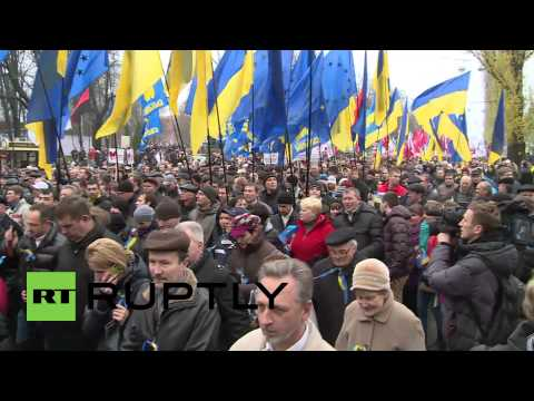 Ukraine: Pro and anti-EU protesters clash in Kiev