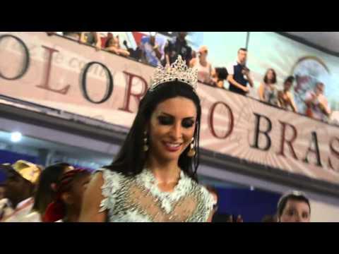 Helena Soares ousa no look para festa na quadra da Independente