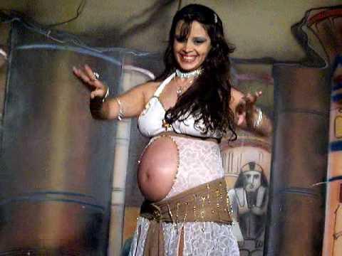 Бременна играе кючек